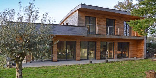 Maison ossature bois , bardage en Cèdre, pose aléatoire